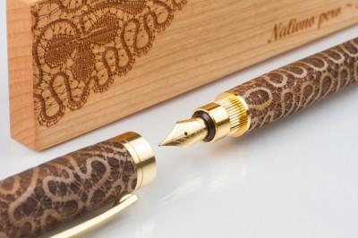Nalivno pero s škatlico - detajl